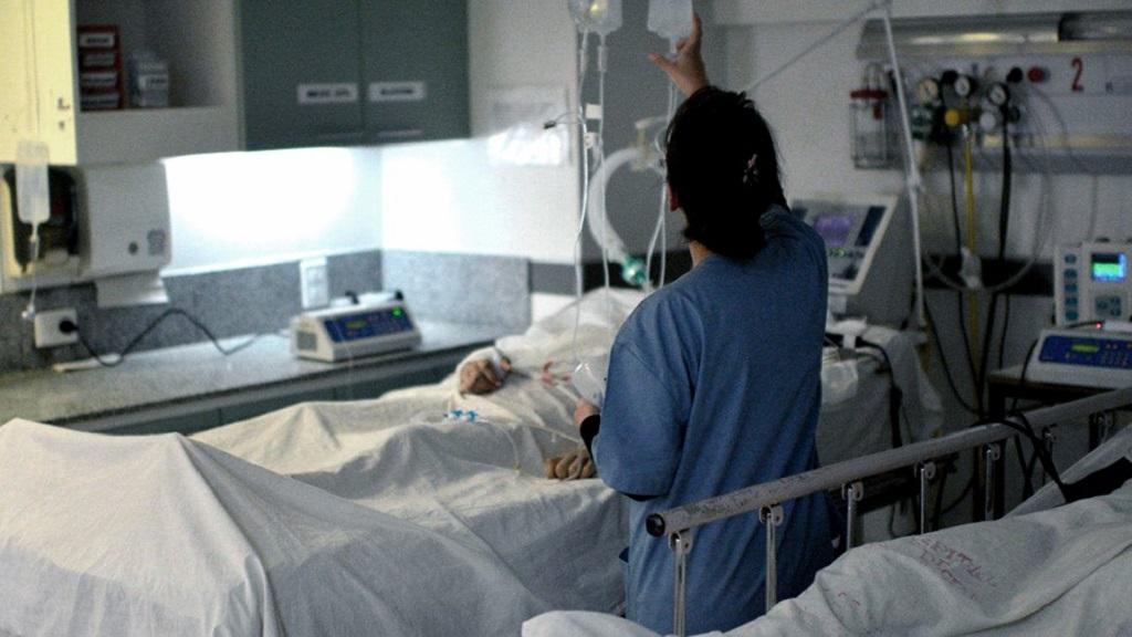 Más de la mitad de las personas internadas en terapia intensiva en el país son menores de 60 años.