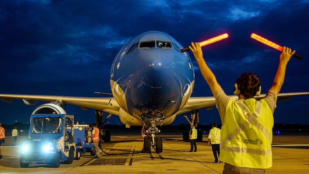 Parte a China el primero de los vuelos para traer más vacunas Sinopharm